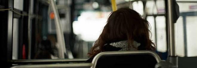 Si masturba in autobus davanti a una dodicenne: 56enne in manette