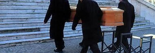 Corpi di 11 bambini trovati in sacchi dell'immondizia nel soffitto delle pompe funebri