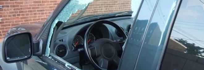 Angri, rotti vetri dell'auto per rubare i biglietti del concerto di D'Alessio