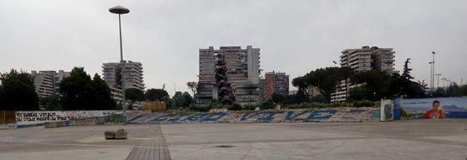 Napoli, piazza Giovanni Paolo II pista per auto e scooter: «Pedoni a rischio»