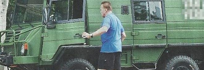 Arnold Schwarzenegger, altro che ecologista: eccolo in giro col mega fuoristrada militare d'epoca a sei ruote