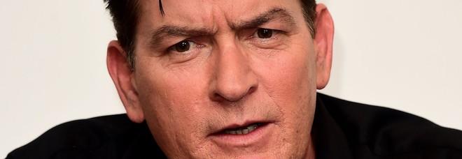 Charlie Sheen, l'accusa di una donna: «Minacce per ottenere il mio silenzio sul caso Hiv»