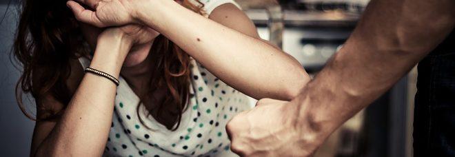 Picchiata dal marito ubriaco,  la salvano i poliziotti con lo spray