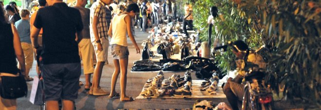 Blitz dei vigili al mercatino Scatta un maxi sequestro di merce contraffatta