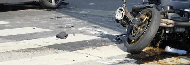 Moto contro auto: lei muore a 20 anni. Grave l'amico 21enne