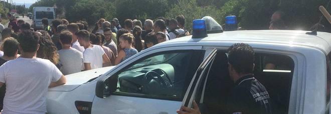 Noemi, la folla assedia i luoghi del delitto: è il circo dell'orrore