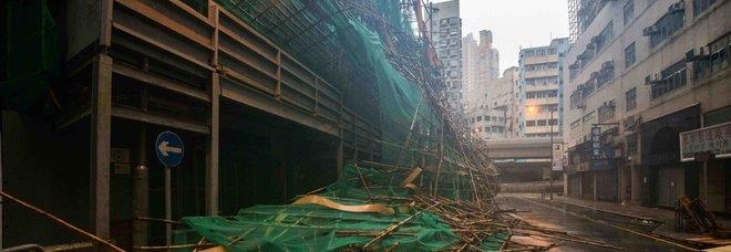 Tifone Mangkhut su Hong Kong, italiani prigionieri negli hotel: «500 voli cancellati, il vento frantuma le nostre finestre»