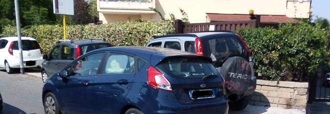 Roma, sosta selvaggia anche davanti alla scuola: auto parcheggiate sui marciapiedi e alla fermata del bus