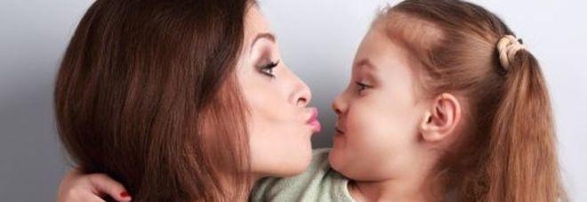 Non dare baci in bocca ai bambini. Ecco cosa potrebbe accadere all'arrivo dei denti da latte