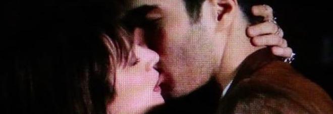 Asia Argento ha tradito Fabrizio Corona? La foto del bacio allo sconosciuto fa il giro del web. Signorini: «È successo due giorni fa...»