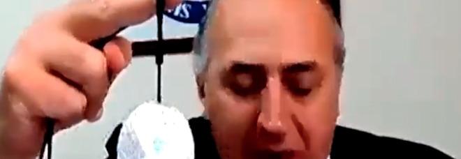 Giuseppe Tiani, il segretario del sindacato di polizia mostra il ciondolo anti-Covid alla Camera: «Purifica l'aria e scaccia il virus». È bufera VIDEO
