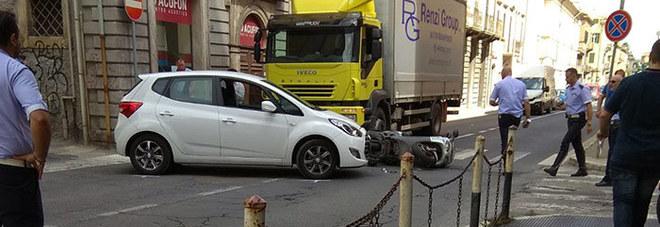 San Benedetto, auto travolge scooter e manda in tilt il traffico del centro