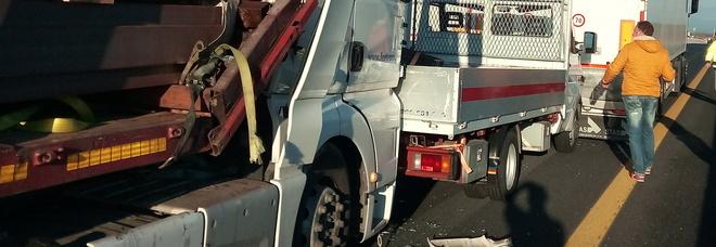 Tamponamento tra mezzi pesanti in A4: uscita obbligata per camion e Tir