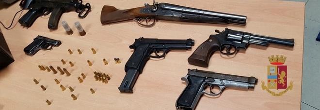 Una mitraglietta e quattro pistole: ecco l'arsenale della camorra