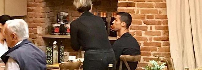 Cristiano Ronaldo, serata in pizzeria come un normale cliente: