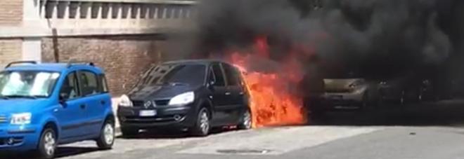 Dà fuoco alle auto davanti all'ambasciata degli Emirati Arabi: scatta l'allarme antiterrosirmo
