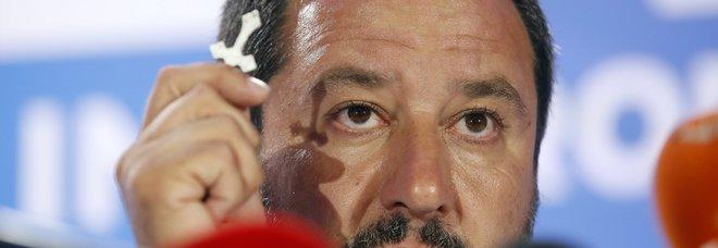 Salvini bacia il crocifisso (AP Photo/Antonio Calanni)