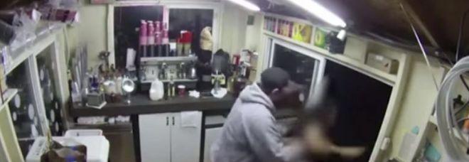 Minaccia la cameriera di un bar con un coltello e prova a violentarla, il video choc