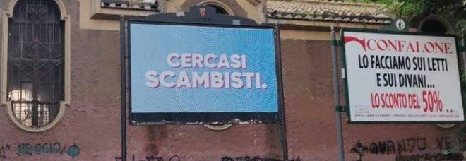 """Roma, mistero svelato: ecco cosa si nasconde dietro ai cartelloni """"cercasi scambisti"""""""