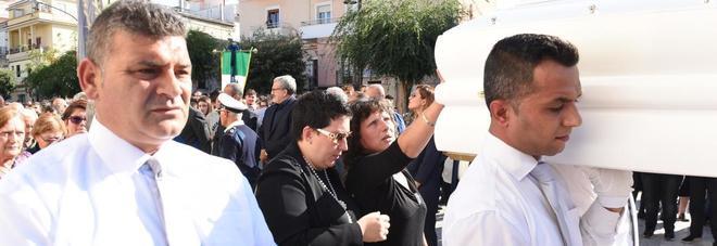 Ischitella, più di mille a salutare Nicolina Il parroco: secondo funerale di una ragazzina in una settimana