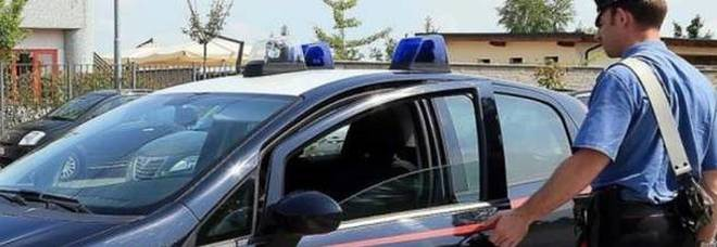 Trovata morta nel soggiorno di casa con una coltellata al collo: dramma a Milano