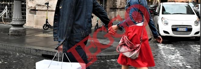 Antonella Elia, shopping nel cuore di Roma senza mascherina col fidanzato Pietro delle Piane