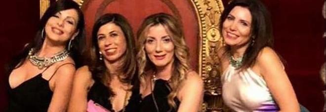 Foto sul trono al palazzo reale: nei guai 4 amiche: «Valutiamo denuncia»