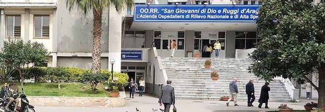 Salerno, neomamma di 26 anni allatta il figlio e si lancia nel vuoto: la tragedia nell'ospedale