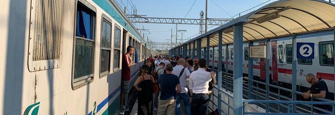 Treni, incendio lungo i binari tra Torricola e Pomezia: per ore caos sulla Roma-Napoli