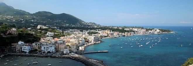 Ischia, gioiello del golfo di Napoli. Le sette spiagge da non perdere