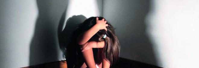 Abusava delle bambine a cui dava ripetizioni: 55enne ai domiciliari