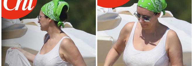 Laura Pausini, forme morbide in costume a Miami: è di nuovo incinta?