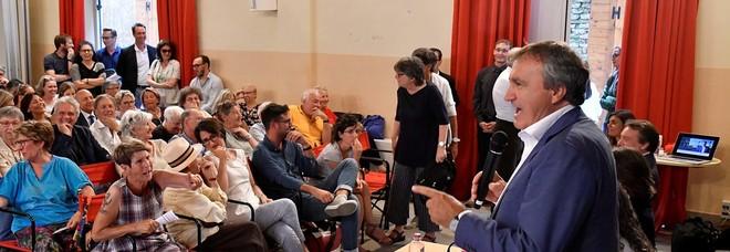 Il sindaco di Venezia Luigi Brugnaro durante l'assemblea ai Frari di giovedì sera