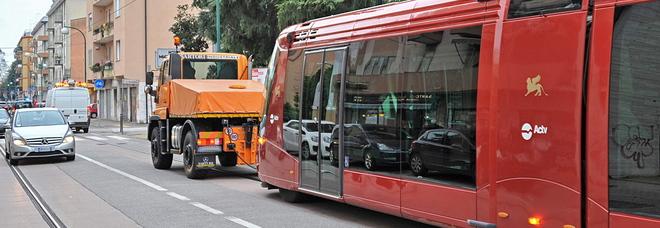 Scontro fra moto e bicicletta, tram bloccato sul Ponte della Libertà