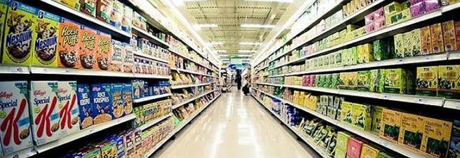 """Ruba caramelle nel supermercato dove lavora, la Cassazione: """"Giusto il licenziamento"""""""