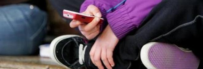 Punta il coltello contro la figlia: «Basta social o finisce male»