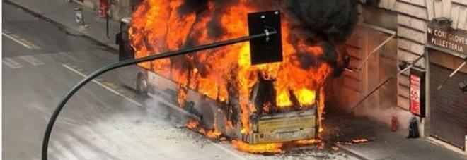 Roma, il passeggero che viaggiava sul bus esploso a via del Tritone: «Abbiamo visto il fumo e siamo scappati»