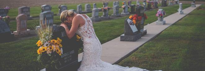 Muore in un incidente prima delle nozze, lei piange sulla tomba vestita da sposa