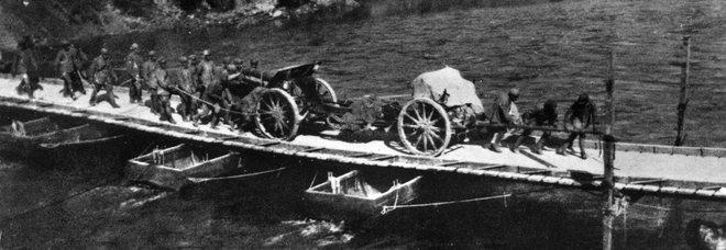 Traino di un pezzo di medio calibro sull'Isonzo durante la prima guerra mondiale