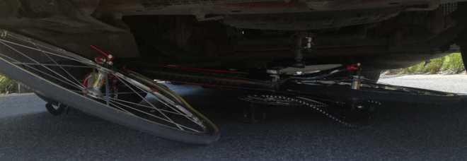 Tiburtina, ciclista finisce sotto le ruote di un tir: trascinato per alcuni metri