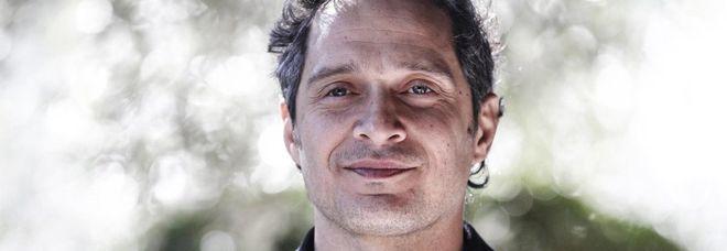 Claudio Santamaria ospite a Sanremo 2019: «Ho un'anima rock, prima o poi gareggerò anche io»