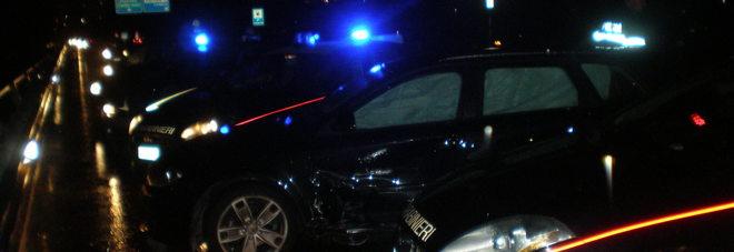 L'auto sospetta girava tra le case di notte: fuga in contromano a fari spenti