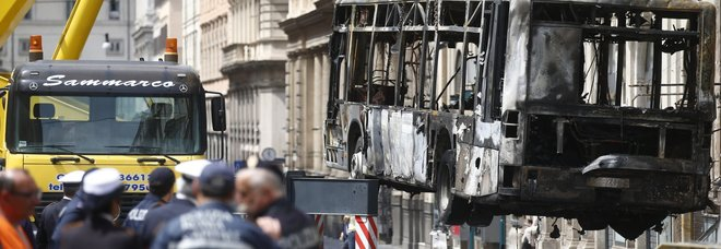 Roma, bus in fiamme in via del Tritone. L'allarme dei sindacati: «Un caso al mese»