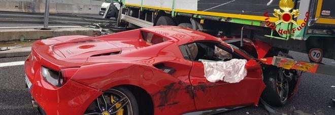Ferrari 488 si infila sotto il camion, l'incidente in autostrada