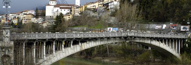 Il ponte della Vittoria sul Piave e sullo sfondo il centro storico di Belluno