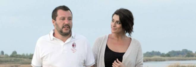 Elisa Isoardi, dedica d'amore a Salvini. La polemica: «Vi sembra il momento?»