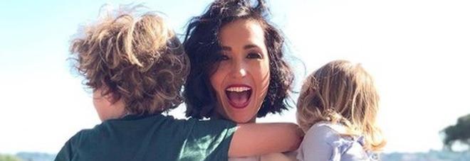 Caterina Balivo, la tenera foto con i figli Guido Alberto e Cora ma i fan notano un dettaglio: «Non farlo più...»