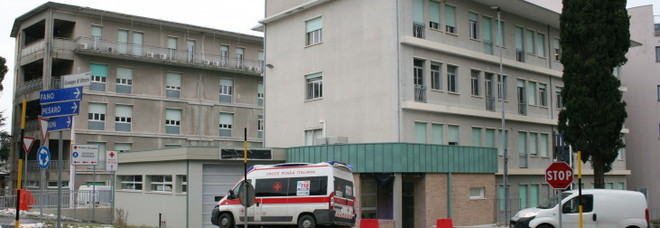 Travolta e scaraventata a terra da un'auto: donna all'ospedale