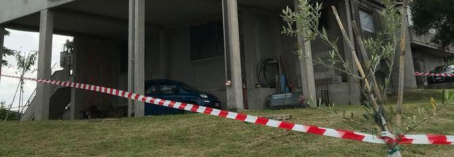 Donna trovata morta all'interno del giardino della propria abitazione con la testa spaccata
