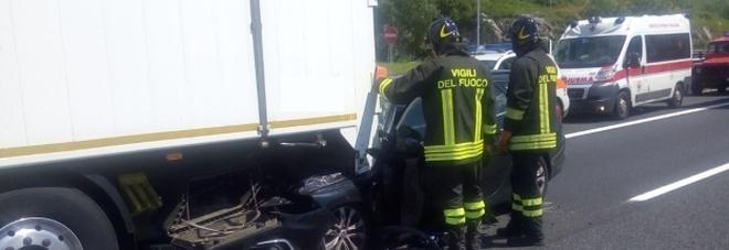Auto tampona tir in autostrada: un ferito, traffico in tilt